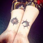 太陽と月のラインタトゥー
