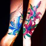 カラフルな百合の花の刺青