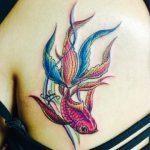 尾長な金魚の和彫り刺青